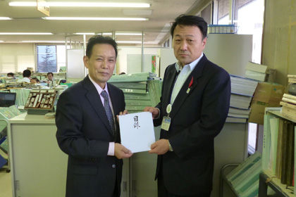 福島県保健福祉部への目録贈呈